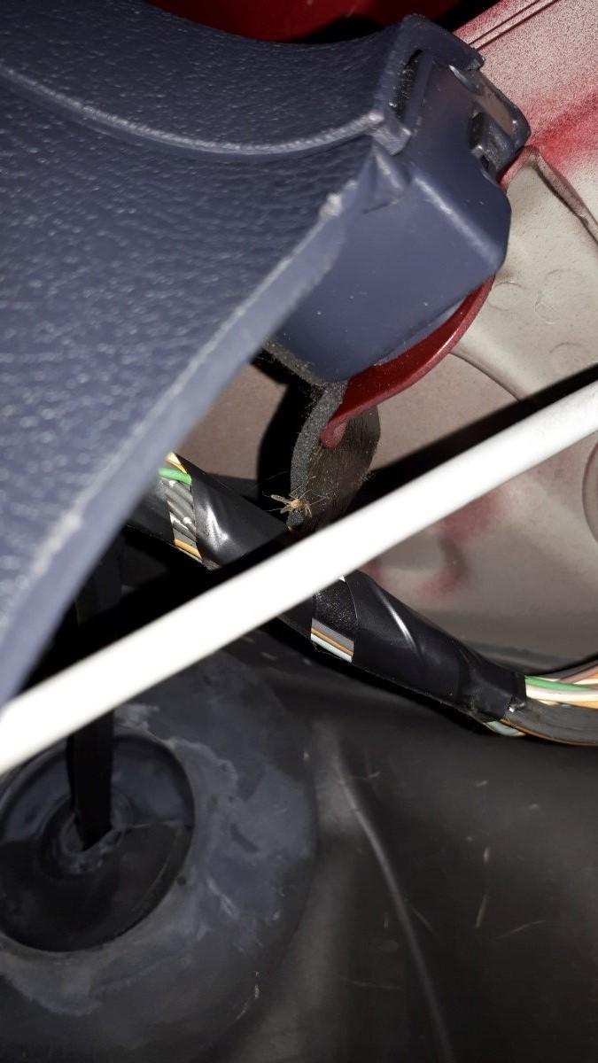 A gyári kábelköteg a lábtérnél a kesztyűtartó mögött